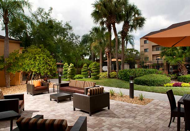 Courtyard Tampa Westshore/Airport's outdoor space.